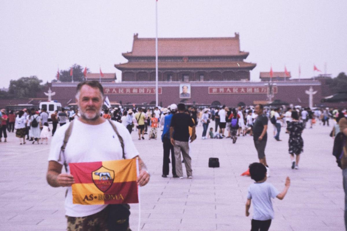 Mario con la bandiera della Roma a piazza Tienanmen a Pechino