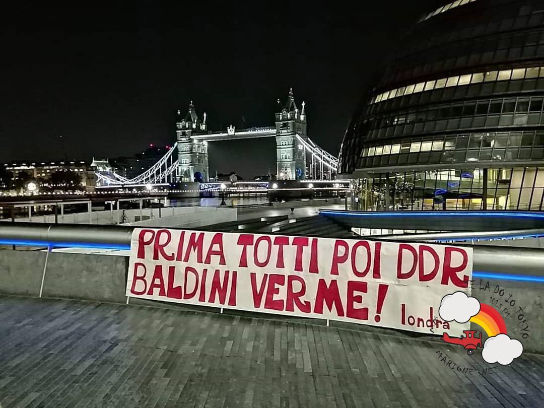 Prima Totti Poi DDR Baldini Verme! londra - Striscione tifosi della Roma a Londra