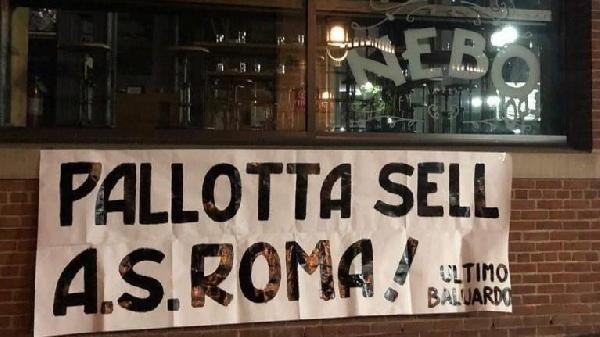 """Striscione davanti a Nebo, il ristorante di famiglia, """"Pallotta vendi la AS Roma!"""""""