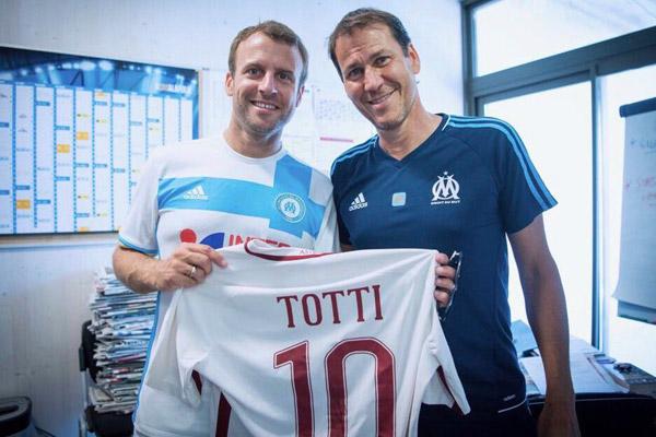 Macron e Garcia foto con la maglietta di Totti