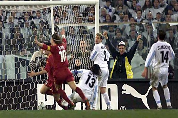 La Lazio fa gli auguri a Paolo Negro... e i tifosi della Roma si scatenano!
