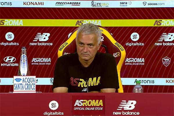 Mourinho in conferenza stampa: In campo la squadra che ha affrontato la Juve. I Friedkin hanno ricevuto nelle mani tanti errori che gli altri hanno fatto e c'è chi ride con le tasche piene di soldi