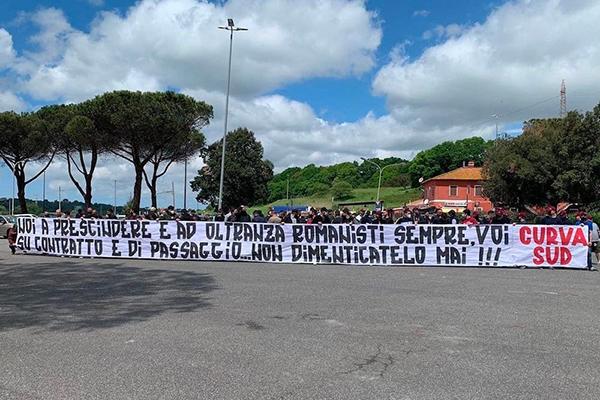 La Curva Sud a Trigoria, esposto uno striscione: Noi romanisti sempre, voi di passaggio (Foto)