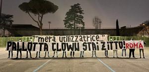 Striscione del Gruppo Roma: 'mera utilizzatrice…' Pallotta clown stai zitto! (foto)